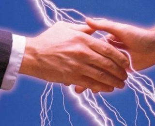 Biriyle Tokalaşırken, Dokunurken ya da Bir Metale Temas Ederken Elektrik Çarpması Neden Olur